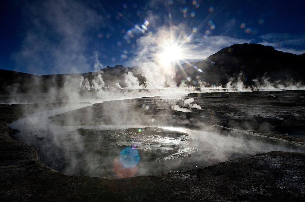 TATIO, Chile - 29/05/11: El Tatio es un campo de géiseres ubicado en los montes andinos del norte de Chile a unos 4200 msnm. Es el grupo más grande de géiseres del hemisferio sur y el tercero más grande del mundo tiene cerca de 80 géiseres, aproximadamente un 8% de los existentes en el mundo.  El agua emerge a unos 86 ºC de temperatura, punto de ebullición a esta altura.  El depósito de agua está dentro de las rocas volcánicas, cubierto por capas impermeables y las fallas conducen el agua caliente a la superficie. Se ignora cuál sea la fuente de calor, pero quizá sea un magma o una intrusión ígnea. (Fotografía: Gregorio Marrero)