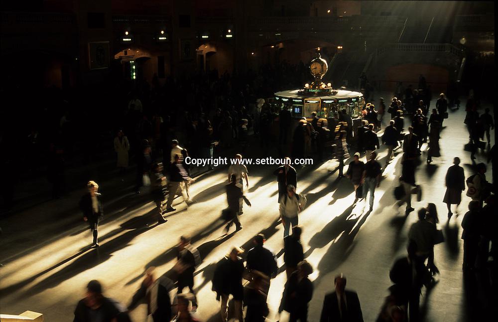 New York. pedestrians shadows in grand central railway station / ombres des passants dans la gare de Grand Central