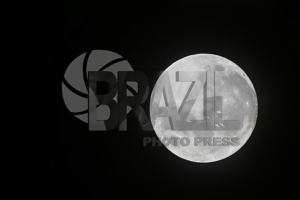 SÃO PAULO, SP, 25.12.2015 - LUA-NATAL - Após 38 anos, lua cheia marca noite de Natal e é vista no bairro da Penha na região leste da cidade de São Paulo na madrugada desta sexta-feira, 25. (Foto: Vanessa Carvalho/Brazil Photo Press)