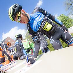 2-05-2015: Wielrennen: Ronde van Overijssel mannen: Rijssen  <br />RIJSSEN (NED) wielrennen:  De 63e ronde van Overijssel heeft als zwaarte punt de heuveltjes rond Ootmarsum en de Sallandse heuvelrug. Net als in de ronde van Vlaanderen kent men in Overijssel het dorp van de ronde. In 2015 is de eer aan Markelo.<br />Jasper Hamelink tekent voor vertrek