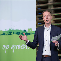 Nederland, Waddinxveen , 31 oktober 2016.Lidl opent het meest duurzame distributiecentrum van Nederland in Waddinxveen. Bij de bouw is veel aandacht besteed aan duurzaamheid. Zo beschikt het gebouw over 4.000 zonnepanelen, is er een warmte-koude-opslag onder het gebouw om lucht in op te slaan en worden er meer dan 11.000 bomen, planten en struiken rondom het gebouw geplaatst. Jacqueline Cramer sprak tijdens de opening en roemde Lidl om haar inzet op het gebied van duurzaam bouwen.<br />Duurzaamheid. Dat is het sleutelwoord dat Lidl hanteert voor het nieuwste distributiecentrum. Aan de Louis Dobbelmannweg in Waddinxveen is de voorbije maanden een gebouw van 52.000 vierkante meter verrezen, waar - na de opening van aanstaande maandag - werk is voor ongeveer 250 mensen. Het is het zesde distributiecentrum van de Duitse discounter en deze komt in aanmerking voor de hoogst haalbare Breeam-certificering voor duurzame bouw, met maar liefst vijf sterren.<br /> Gezonde toekomst<br /> &quot;De keuze voor duurzame oplossingen past helemaal in de bedrijfsvisie van Lidl'', zegt regiodirecteur Pieter Breijs. &quot;Wij beschouwen duurzaamheid als essentieel voor een gezonde toekomst voor ons allemaal. En bovendien geldt dat overal waar we kunnen besparen we onze klanten kunnen laten profiteren.''<br /> BiomassacentraleOp energie wordt er in het pand van drie verdiepingen vooral bespaard door gebruik te maken van restwarmte uit de omgeving. Die is straks afkomstig uit een nog te bouwen biomassacentrale en van tuinders in het Westland.<br /><br />Foto en bijschrift vallen buiten verantwoordelijkheid van de Algemene Nieuwsdienst van het ANP. Foto is vrij van rechten en mag alleen redactioneel gebruikt worden in de context van het bijschrift.