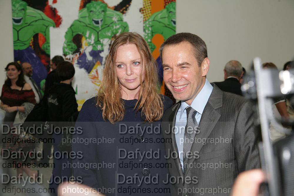 Stella McCartney and Jeff Koons , Jeff Koons: Hulk Elvis. private view. Gagosian Gallery. 18 1une 2007.  -DO NOT ARCHIVE-© Copyright Photograph by Dafydd Jones. 248 Clapham Rd. London SW9 0PZ. Tel 0207 820 0771. www.dafjones.com.