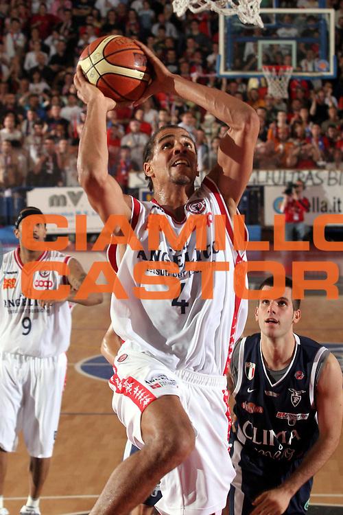DESCRIZIONE : Biella Lega A1 2005-06 Play Off Quarti Finale Gara 2 Angelico Biella Climamio Fortitudo Bologna<br />GIOCATORE : Sefolosha<br />SQUADRA : Angelico Biella<br />EVENTO : Campionato Lega A1 2005-2006 Play Off Quarti Finale Gara 2<br />GARA : Angelico Biella Climamio Fortitudo Bologna<br />DATA : 21/05/2006<br />CATEGORIA : Tiro<br />SPORT : Pallacanestro<br />AUTORE : Agenzia Ciamillo-Castoria/S.Ceretti