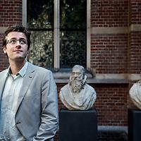 Nederland, Leiden, 8 juni 2016.<br /> De uit Heerlen afkomstige Rick Honings heeft een boek geschreven over de sterrenstatus van dichters in de negentiende eeuw.<br /> Titel van het boek:  De dichter als idool. Literaire roem in de negentiende eeuw.<br /> <br /> <br /> <br /> Foto: Jean-Pierre Jans