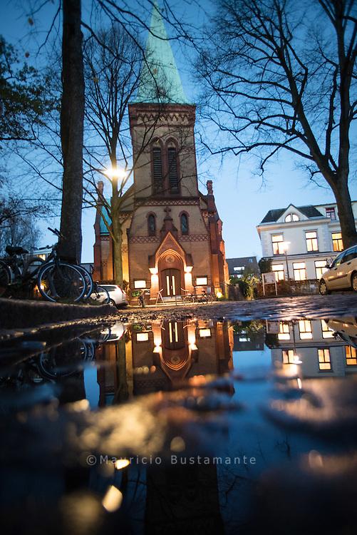 Kirche der Stille Unweit der lauten Max-Brauer-Allee und doch ganz friedlich: die Kirche der Stille.