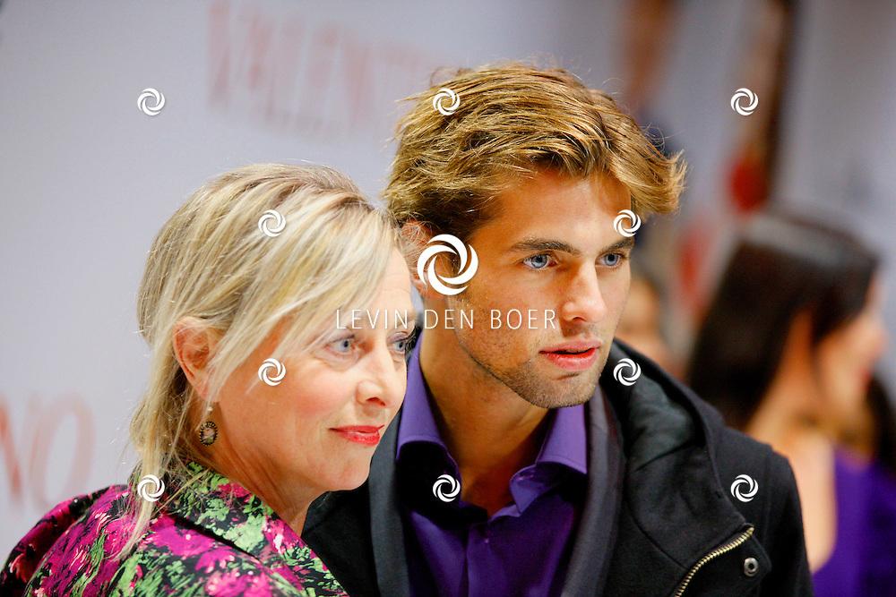 AMSTERDAM - In Tuschinski is de Nederlandse film Valention in premiere gegaan. Diversen bekende Nederlanders kwamen over de rode loper. Met hier op de foto  Manuel Broekman en zijn moeder. FOTO LEVIN DEN BOER - PERSFOTO.NU