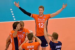 31-05-2015 NED: CEV EK Kwalificatie Nederland - Spanje, Doetinchem<br /> Nederland wint met 3-1 van Spanje en plaatst zich voor het EK in Bulgarije en Italie / Kay van Dijk #12, Nimir Abdelaziz #1, Thomas Koelewijn #15