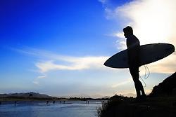 Surfista observa o mar na Guarda do Embaú, Garopaba, SC.FOTO: Jefferson Bernardes / Preview.com
