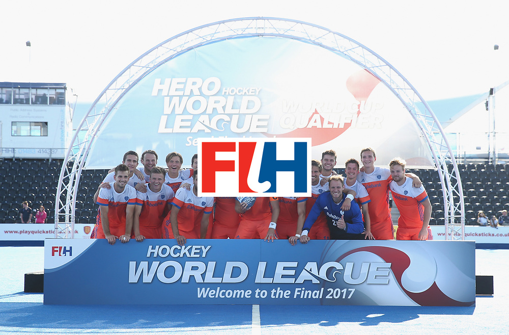 LONDON, ENGLAND - JUNE 25:  Netherlands players pose with the trophy after the final match between Argentina and the Netherlands on day nine of the Hero Hockey World League Semi-Final at Lee Valley Hockey and Tennis Centre on June 25, 2017 in London, England.  (Photo by Alex Morton/Getty Images)