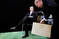 Nederland. Den Haag, 18 september 2007.<br /> Prinsjesdag. Minister Bos voor de eerste maal met het koffertje. Wachtend op zijn beurt bij een live tv uitzending. Voorlichter Jeroen Sprenger van het ministerie van Financien zet het koffertje goed voor de aanwezige fotografen.<br /> Foto Martijn Beekman <br /> NIET VOOR TROUW, AD, TELEGRAAF, NRC EN HET PAROOL