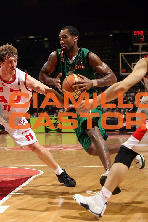 DESCRIZIONE : Milano Lega A1 2007-08 Playoff Semifinale Gara 2 Armani Jeans Milano Montepaschi Siena <br /> GIOCATORE : Bootsy Thornton<br /> SQUADRA : Montepaschi Siena <br /> EVENTO : Campionato Lega A1 2007-2008 <br /> GARA : Armani Jeans Milano Montepaschi Siena<br /> DATA : 24/05/2008 <br /> CATEGORIA : Palleggio Penetrazione<br /> SPORT : Pallacanestro <br /> AUTORE : Agenzia Ciamillo-Castoria/M.Marchi