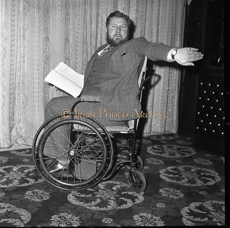"""Peter Ustinov to act and direct his new play """"Photo Finish"""" from his wheelchair.  .05.03.1962"""
