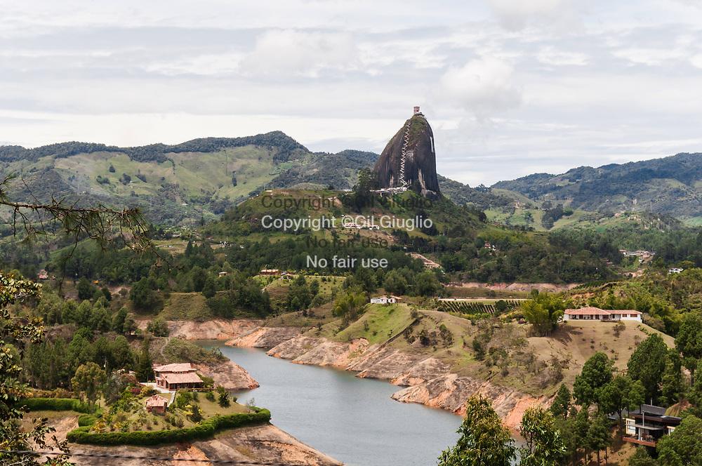 Colombie, Antioquia, région de Guatape, monolhite El Penon sur le lac artificiel // Colombia, Antioquia , Guatape region, El Penon the monolhit on artificial lake