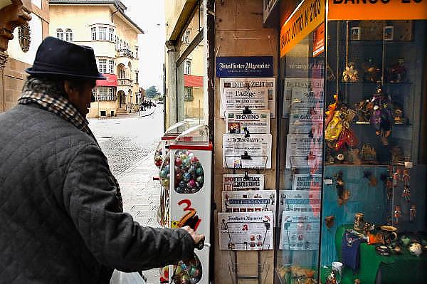 Italie, Bolzano, 8-3-2008..Een man kijkt naar kranten, zowel in het Duits als Italiaans, in het centrum van de stad. Bolzano, Bozen, is na de eerste wereldoorlog bij Italië gevoegd en is tweetalig. De bevolking is sterk gericht op Oostenrijk...Foto: Flip Franssen