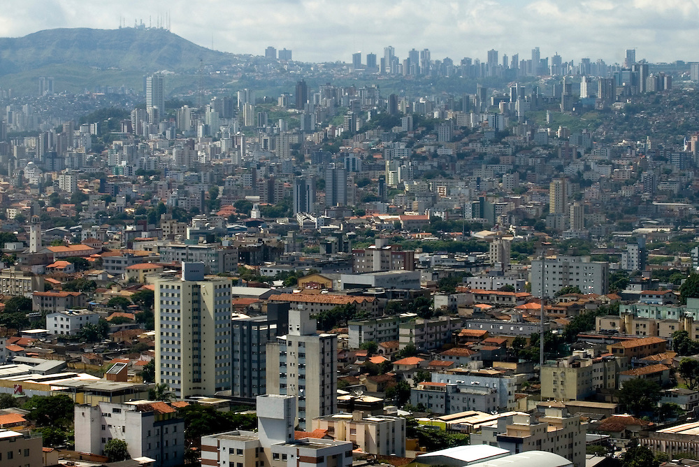 Belo Horizonte_MG, Brasil...Vista aerea da regiao centro sul cidade de Belo Horizonte com a Serra do Curral ao fundo, Minas Gerais...The aerial view of Belo Horizonte city with Serra do Curral in the background, Minas Gerais...Foto: BRUNO MAGALHAES / NITRO