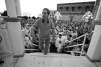 In questa foto vediamo l'arrivo della Statua della Madonna Del Carmine nella piazza principale del paese di Mesagne (Br). Come ogni anno il 15, 16 e 17 di luglio si festeggia la Vergine in quanto protettrice del paese per aver salvato la popolazione da un terribile terremoto avvenuto nel 1700 circa.