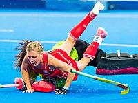 Londen - Alexandra Danson (Eng) stuit op  goalie Hyeon A Hwang (Kor)  tijdens de cross over wedstrijd Engeland-Korea (2-0) bij het WK Hockey 2018 in Londen.    COPYRIGHT KOEN SUYK
