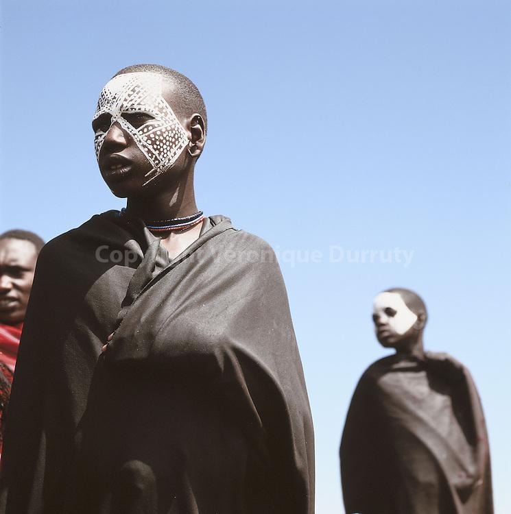 Pendant la période de leur circoncision, les garçons Masais sont vêtus de vêtements noirs, maquillés de motifs blancs et portent parfois des plumes d'autruche sur la tête. Ils revêtiront ensuite la cape de couleur rouge des adultes.