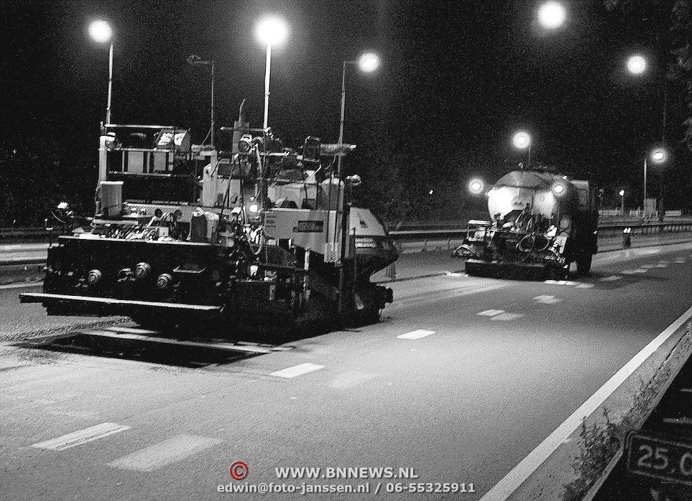 Wegwerkzaamheden aan de A1 bij Huizen s'nachts, asfalteren, rijksweg, snelweg, gevaarlijk werk, machine