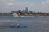 New York. Brooklyn. kayak in Red Hook .at Coffey pier  Brooklyn, the old docks are becoming a trendy area,  New York,  United states /  kayak dans le quartier de Red Hook . Brooklyn , les anciens docks au bord de la mer se transforment en quartier a la mode. , New York  Etats unis