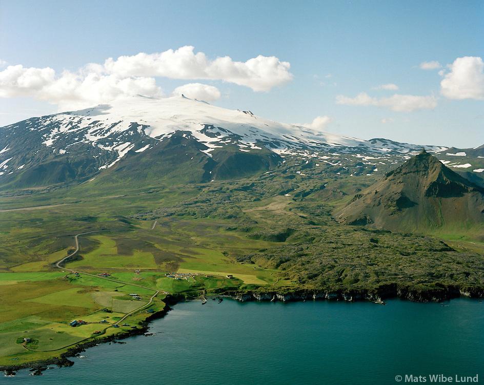 Gíslabær, Bárðarbúð, Laugarbrekka og Hellnar, Snæfellsjökull og Stapafel t.h.  Mynd tekin á hátið 31 júli 1993. Snæfellsbær áður Breiðuvíkurhreppur. / Gislabaer, Bardarbud, Laugarbrekka and Hellnar. Snaefellsjokull glacier and mount Stapafell right. Snaefellsbaer former Breiduvikurhreppur.
