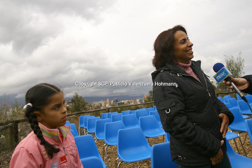 Lorena, proveniente de Colombia, da un entrevista a una cadena de television mientras su hija lady observa.<br /> En Chile viven<br /> alrededor de 1500 personas,<br /> mayoritariamente mujeres,<br /> bajo la condicion de<br /> &quot;Refugiados&quot; Provenientes<br /> de diferentes partes del<br /> mundo. La gran mayor&iacute;a se<br /> ha encontrado con una<br /> dura realidad; El racismo, los<br /> prejuicios, la burocracia<br /> migratoria y principalmente<br /> la falta de oportunidades<br /> de trabajo dificulta aun m&aacute;s<br /> su existencia.