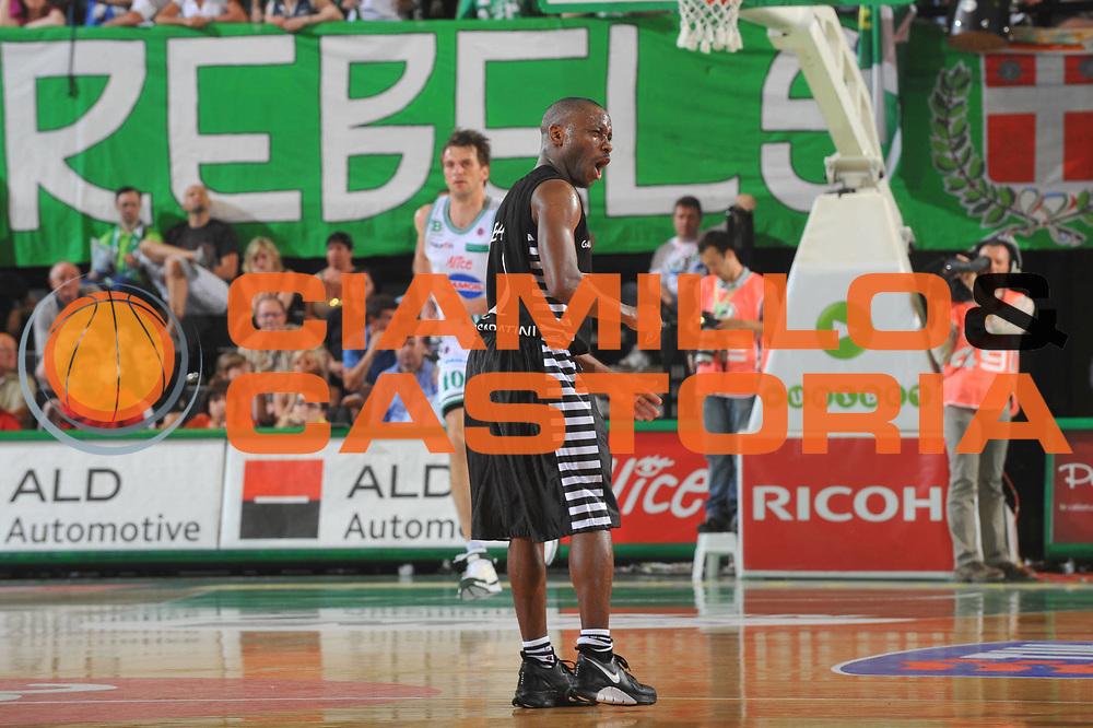 DESCRIZIONE : Treviso Lega A 2008-09 Playoff Quarti di finale Gara 1 Benetton Treviso La Fortezza Virtus Bologna<br /> GIOCATORE : Earl Boykins<br /> SQUADRA : La Fortezza Virtus Bologna<br /> EVENTO : Campionato Lega A 2008-2009<br /> GARA : Benetton Treviso La Fortezza Virtus Bologna<br /> DATA : 19/05/2009<br /> CATEGORIA : Esultanza<br /> SPORT : Pallacanestro<br /> AUTORE : Agenzia Ciamillo-Castoria/M.Gregolin