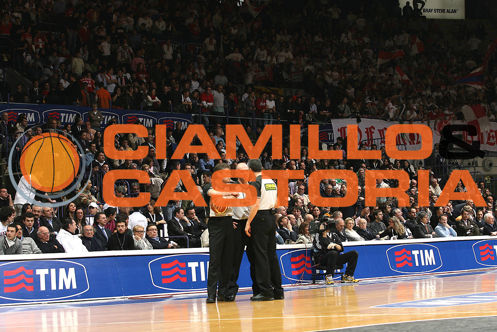 DESCRIZIONE : Bologna Final Eight 2008 Semifinale Scavolini Spar Pesaro La Fortezza Virtus Bologna<br /> GIOCATORE : Arbitro Panoramica Tribune <br /> SQUADRA :<br /> EVENTO : Tim Cup Basket For Life Coppa Italia Final Eight 2008 <br /> GARA : Scavolini Spar Pesaro La Fortezza Virtus Bologna<br /> DATA : 09/02/2008 <br /> CATEGORIA : Curiosita<br /> SPORT : Pallacanestro <br /> AUTORE : Agenzia Ciamillo-Castoria/M.Marchi