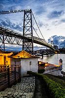 Ponte Hercílio Luz e Forte Santana ao anoitecer. Florianópolis, Santa Catarina, Brasil. / Hercilio Luz Bridge and Forte Santana at dusk. Florianopolis, Santa Catarina, Brazil.