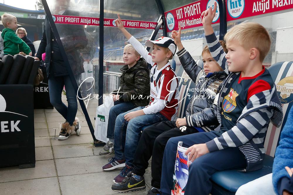 26-10-2016 VOETBAL:KINGO FANPAGE:TILBURG<br /> Jonge supporters tijdens de rondleiding op de spelersbank<br /> Foto: Geert van Erven