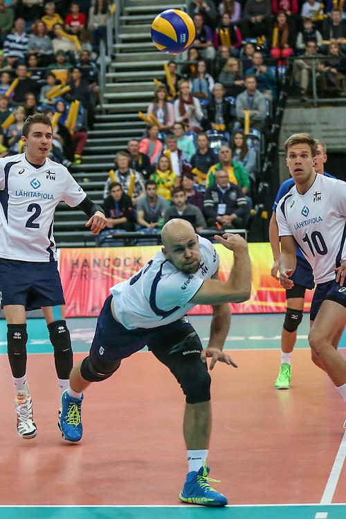 Antti Siltala saves a wide ball