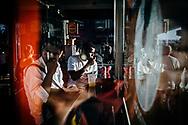 Passageiros fazem um lanche enquanto aguardam seus ônibus na Rodoviária do Plano Piloto em Brasília. As viagens entre o Plano Piloto e as cidades-satélite podem levar até mais de duas horas, e muitos usuários aproveitam para comer alguma coisa antes da partida.