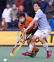 EINDHOVEN - HOCKEY - OZ-aanvaller Thomas Briels in duel met Wouter Jolie (r) van Bloemendaal tijdens de hoofdklasse hockeywedstrijd tussen de mannen van Oranje-Zwart en Bloemendaal (3-3). FOTO KOEN SUYK