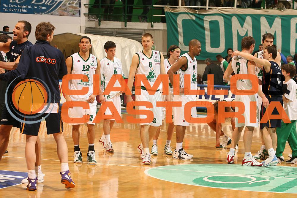 DESCRIZIONE : Siena Lega A1 2005-06 Montepaschi Siena Lottomatica Virtus Roma<br />GIOCATORE : Team Montepaschi Siena<br />SQUADRA : Montepaschi Siena<br />EVENTO : Campionato Lega A1 2005-2006 <br />GARA : Montepaschi Siena Lottomatica Virtus Roma<br />DATA : 14/04/2006 <br />CATEGORIA : Delusione<br />SPORT : Pallacanestro <br />AUTORE : Agenzia Ciamillo-Castoria/G.Ciamillo
