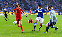 """18. September 2011: Gelsenkirchen, Veltins-Arena """"Auf Schalke"""": Fussball 1. Bundesliga, 6. Spieltag: FC Schalke 04 - FC Bayern Muenchen: Muenchens Toni Kroos (rot) gegen Schalkes Jefferson Farfan (blau) und Torwart Ralf Faehrmann."""