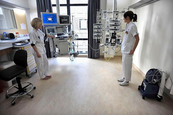 Nederland, Nijmegen, 14-12-2011Nieuwbouw van het UMC radboud. Op de ic,intensive care, heeft elke patient een eigen kamer met apparatuur.Foto: Flip Franssen