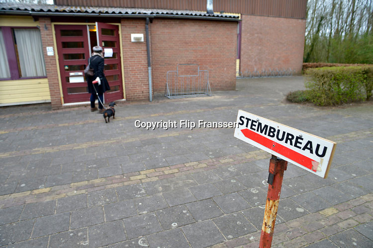 Nederland, Nijmegen, 6-4-2016 Referendum over het handelsverdrag van de europese unie met de oekraine. In Ubbergen wordt gestemd in het dorpshuis .The Netherlands, referendum Foto: Flip Franssen/Hollandse Hoogte