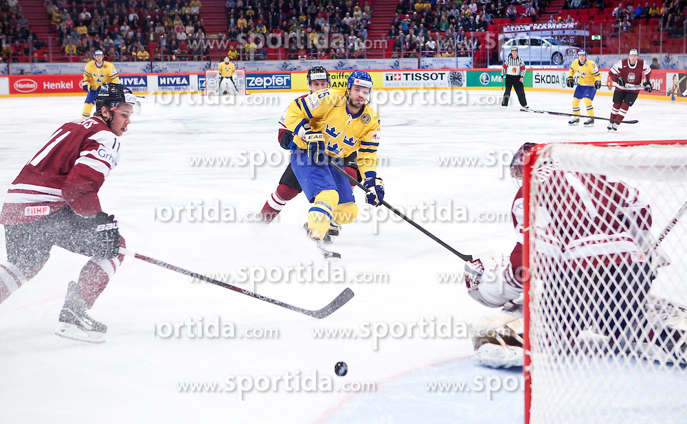 15.05.2012, Ericsson Globe, Stockholm, SWE, IIHF, Eishockey WM, Schweden (SWE) vs Lettland (LVL), im Bild Sverige Sweden 25 Viktor Stalberg Stålberg shoot against Latvia 1 Goalkeeper Maris Jucers (Dinamo Riga) // during the IIHF Icehockey World Championship Game between Schweden (SWE) vs Latvia (LVL) at the Ericsson Globe, Stockholm, Sweden on 2012/05/15. EXPA Pictures © 2012, PhotoCredit: EXPA/ PicAgency Skycam..***** ATTENTION - OUT OF SWE *****