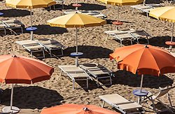 THEMENBILD - Sonnenschirme und leere Liegen am Sandstrand. Lignano ist ein beliebter Badeort an der italienischen Adria-Küste, aufgenommen am 16. Juni 2019, Lignano Sabbiadoro, Italien // Sunshades and empty sunbeds on the sandy beach. Lignano is a popular seaside resort on the Italian Adriatic coast on 2019/06/16, Lignano Sabbiadoro, Italy. EXPA Pictures © 2019, PhotoCredit: EXPA/ Stefanie Oberhauser