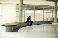 13 NOV 2008, BERLIN/GERMANY:<br /> Franz Muentefering, SPD Parteivorsitzender, telefoniert alleine auf der Fraktionsebene, Deutscher Bundestag<br /> IMAGE: 20081113-01-166<br /> KEYWORDS: Franz Müntefering, Telefon, phone, Handy, Mobiltelefon