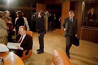 22.03.1999, Deutschland/Bonn:<br /> Rudolf Scharping, Bundesverteidigungsminister, studiert Akten, während Joschka Fischer, Bundesaußenminister, den Kabinettsaal betritt. Konrad Adenauer scheint die Szenerie vor Beginn der Kabinettsitzung zur Lage im Kosovo aus dem Bildrahmen heraus gelassen zu betrachten, Bundeskanzleramt, Bonn<br /> IMAGE: 19990322-05/01-11<br /> KEYWORDS: Kabinett