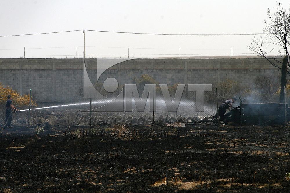 Metepec, México.- La quema de pasto en un terreno baldío sobre la avenida Guadulupe Victoria que se salió de control se extendió a otro terreno en donde se encontraban estacionados algunos automóviles, bomberos de Metepec acudieron al lugar.  Agencia MVT / José Hernández