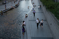 Cheonggyechong, a stream which was hidden under a motorway was cleaned up and renovated and given back to the Seoulites Seoul, South Korea. 2009<br /> <br /> Ce cours d'eau qui stagnait sous une bretelle d'autoroute dans le centre de Seoul a ete renove et rendu aux Seoulites apres que la bretelle ait ete enlevee, Coree du Sud.