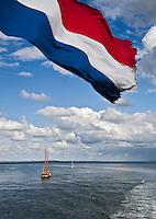 VLIELAND - ZeilSchip op de Waddenzee  met Nederlandse vlag op de voorgrond.  COPYRIGHT KOEN SUYK