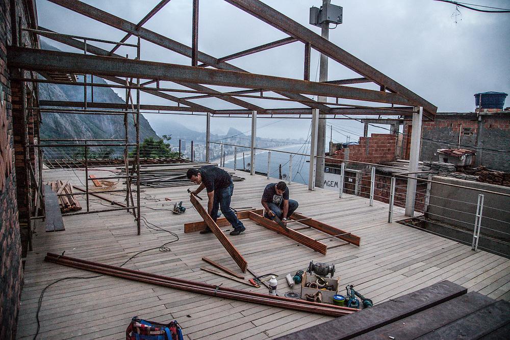 Trabalhadores em um novo hotel em construção no Vidigal