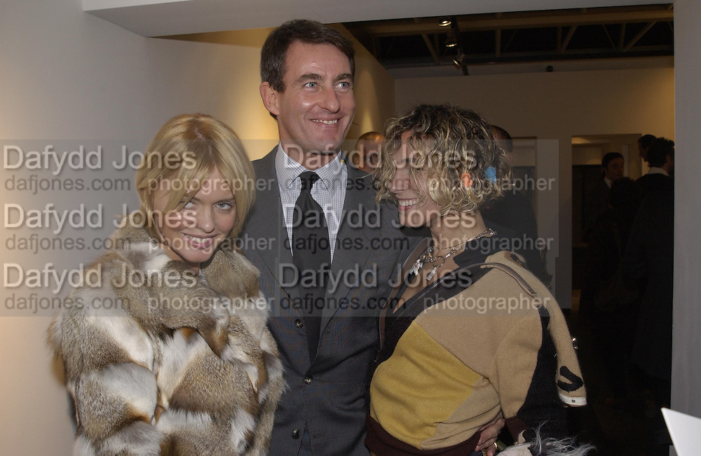 Patsy Kensit, Tim Jeffries and the girl from Fake. Robert Doisneau exhibition preview. Hamiltons. 20 November 2001. © Copyright Photograph by Dafydd Jones 66 Stockwell Park Rd. London SW9 0DA Tel 020 7733 0108 www.dafjones.com