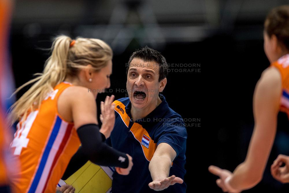 18-05-2016 JAP: OKT Nederland - Dominicaanse Republiek, Tokio<br /> Nederland is weer een stap dichterbij kwalificatie voor de Olympische Spelen. Dit dankzij een 3-0 overwinning op de Dominicaanse Republiek / Laura Dijkema #14 en Coach Giovanni Guidetti