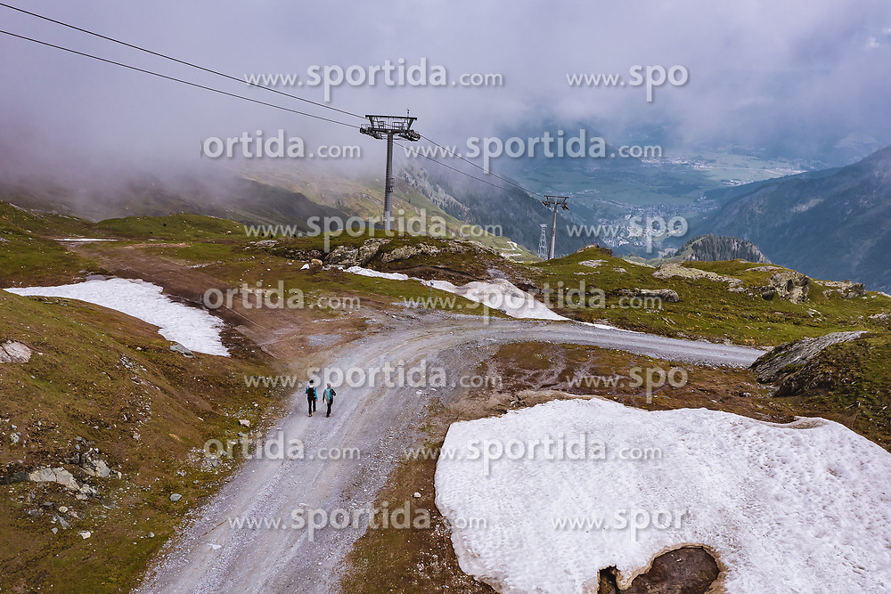 THEMENBILD - Wanderer am Kitzsteinhorn, aufgenommen am 16. Juli 2019 in Kaprun, Österreich // Hickers at the Kitzsteinhorn, Kaprun, Austria on 2019/07/16. EXPA Pictures © 2019, PhotoCredit: EXPA/ JFK