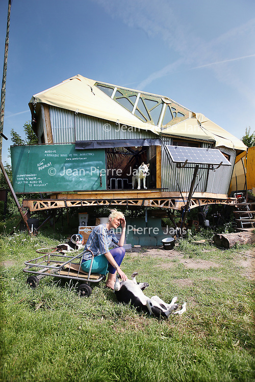 Nederland, Amsterdam , 5 juli 2013.<br /> Opvouwbare woning aan de Oude Haagse weg onderdeel van het z.g. mobiation project van Calanne Moroney.<br /> Onderdeel van Mobiation project. <br /> Foldable home in Amsterdam, part of the so-called mobiation project Calanne Moroney.<br /> Foto:Jean-Pierre Jans