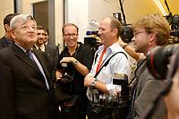 16 OCT 2002, BERLIN/GERMANY:<br /> Joschka Fischer, B90/Gruene, Bundesaussenminister, scherzt mit Fotojournalisten (Michael Kappeler, ddp, Peer Grimm, dpa, Fabrizio Bensch, Reuters), vor dem Fraktionssaal, waehrend der Fraktionssitzung Buendnis 90/Die Gruenen mit Neuwahl der Fraktionsvorsitzenden, Deutscher Bundestag<br /> IMAGE: 20021016-02-028 <br /> KEYWORDS: Bündenis 90/Die Grünen